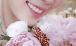 榮醫師,我覺得我笑起來牙齦露太多,還有假牙太暴,我都不敢笑